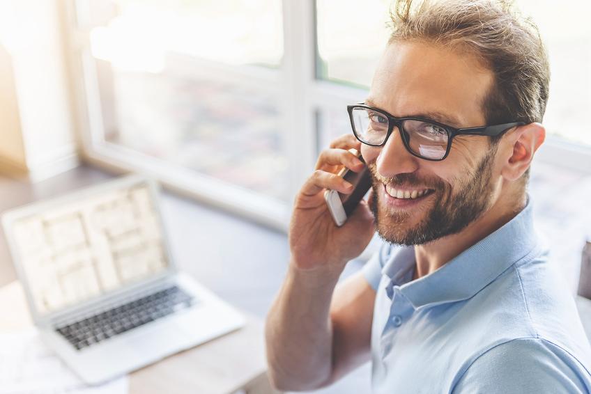 Junger Geschäftsmann lächelt während der Arbeit