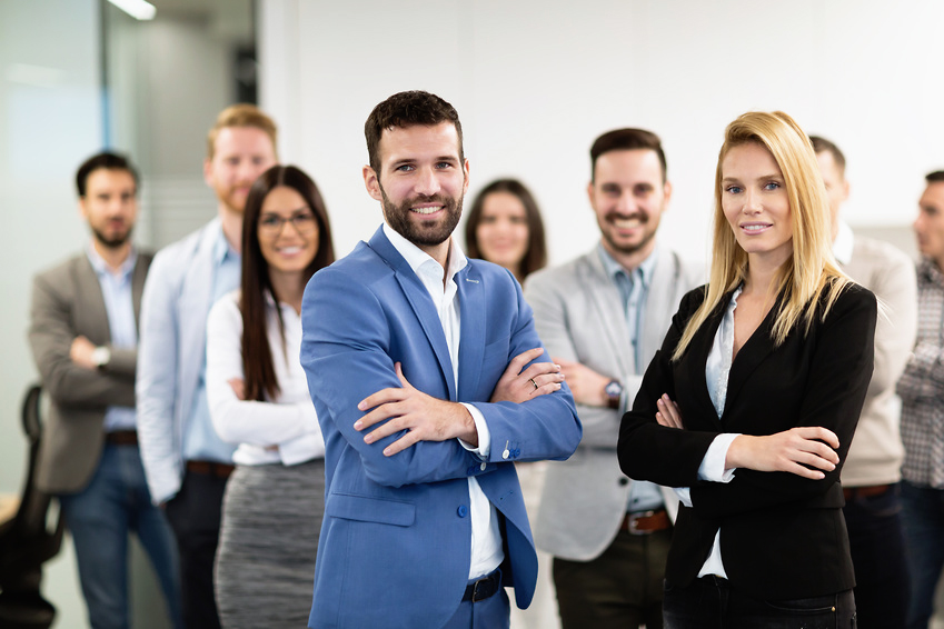 Junge Geschäftsleute feiern den Erfolg der Firma